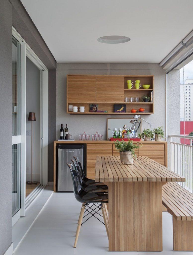móveis com madeira clara na na sua varanda