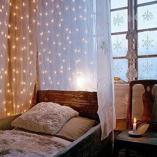 quarto com luzes decorativas em cascata
