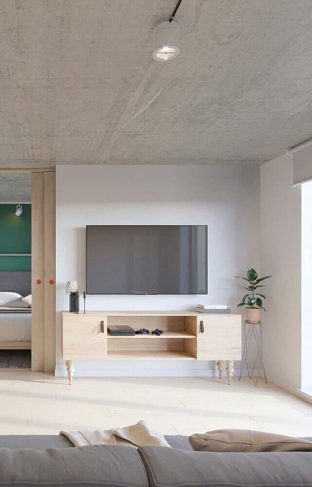 rack em madeira clara na sala