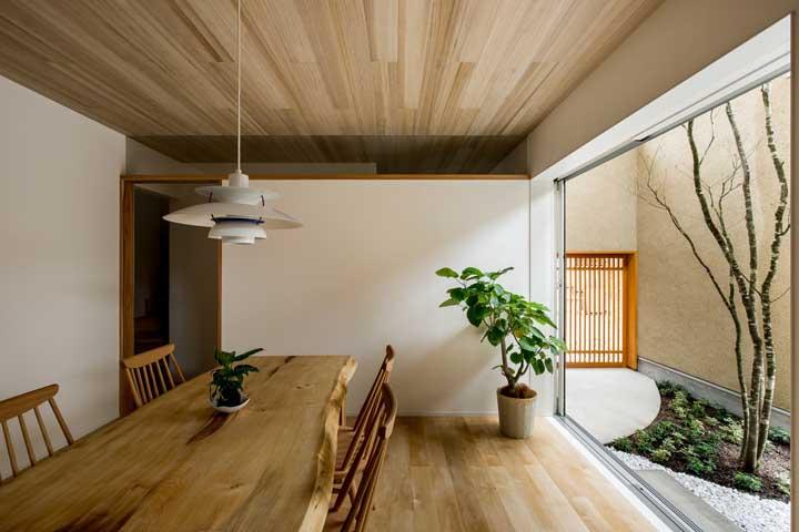 teto e mesa com madeiras em um tom mais clareado