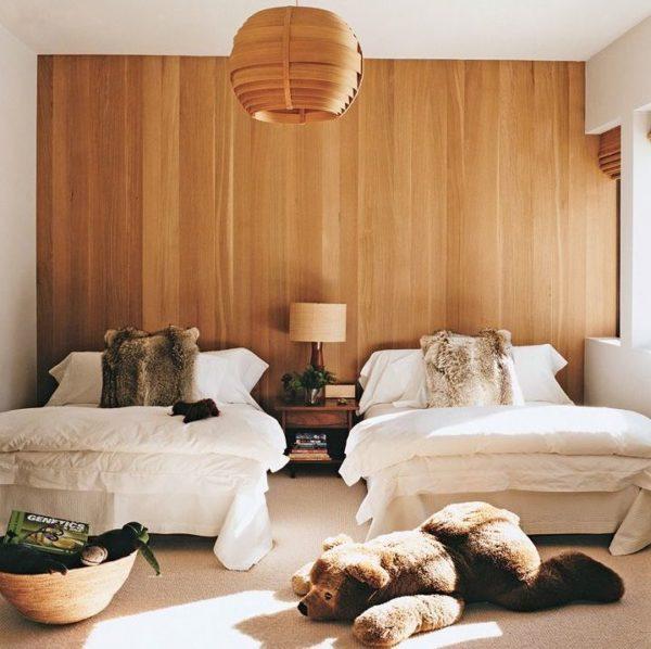 usando a parede de madeira clara no quarto