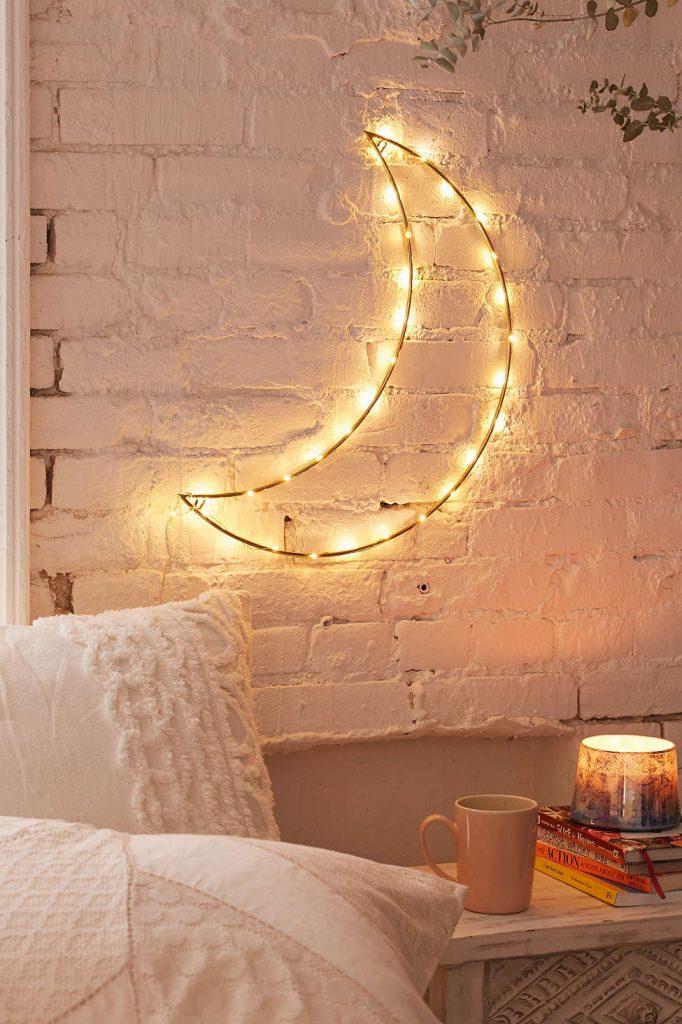 usando luzes decoradas com formato de lua