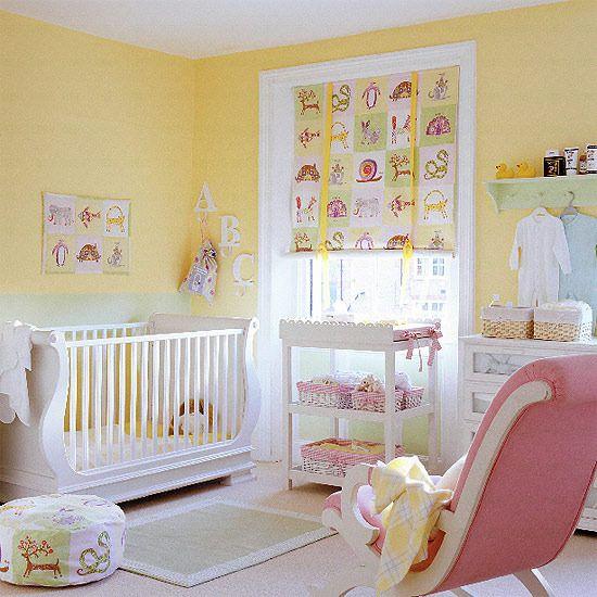 Amarelo fraco e rosa fraco em quarto de bebe