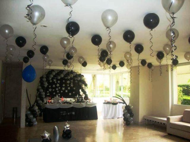 Balões preto e branco colocados no teto para decoração