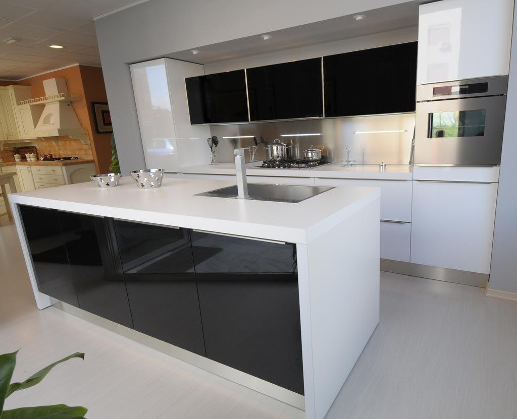 Balcão preto e branco na decoração da cozinha