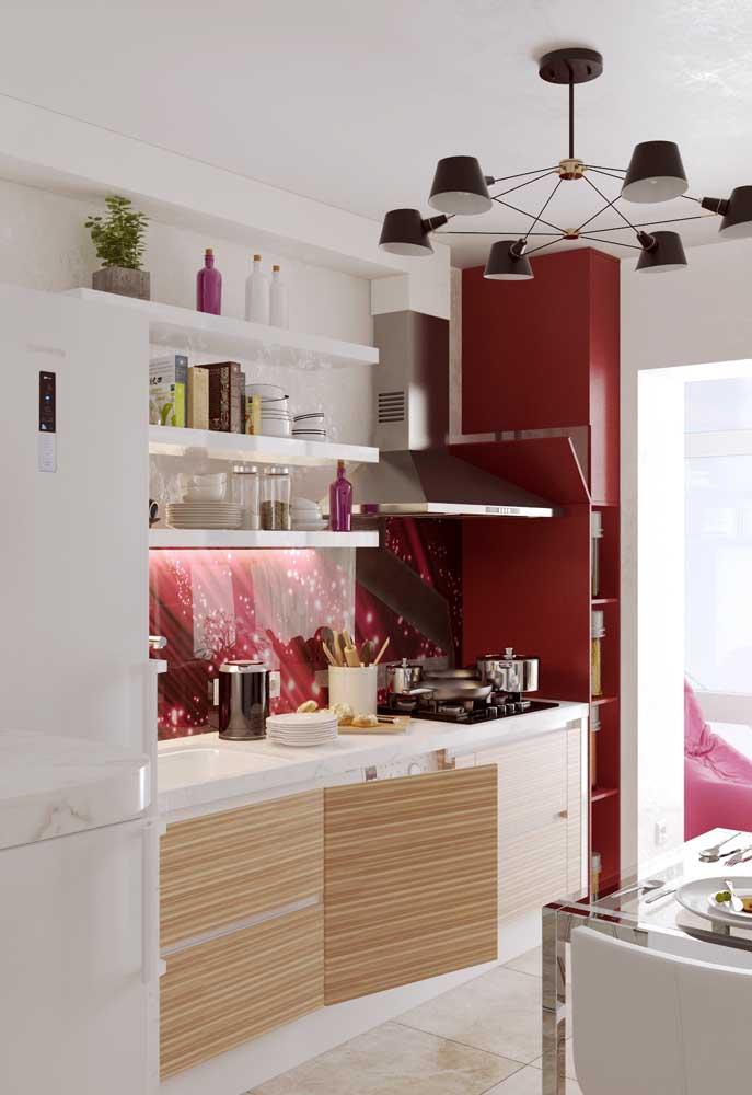 Candelabro central numa cozinha pequena