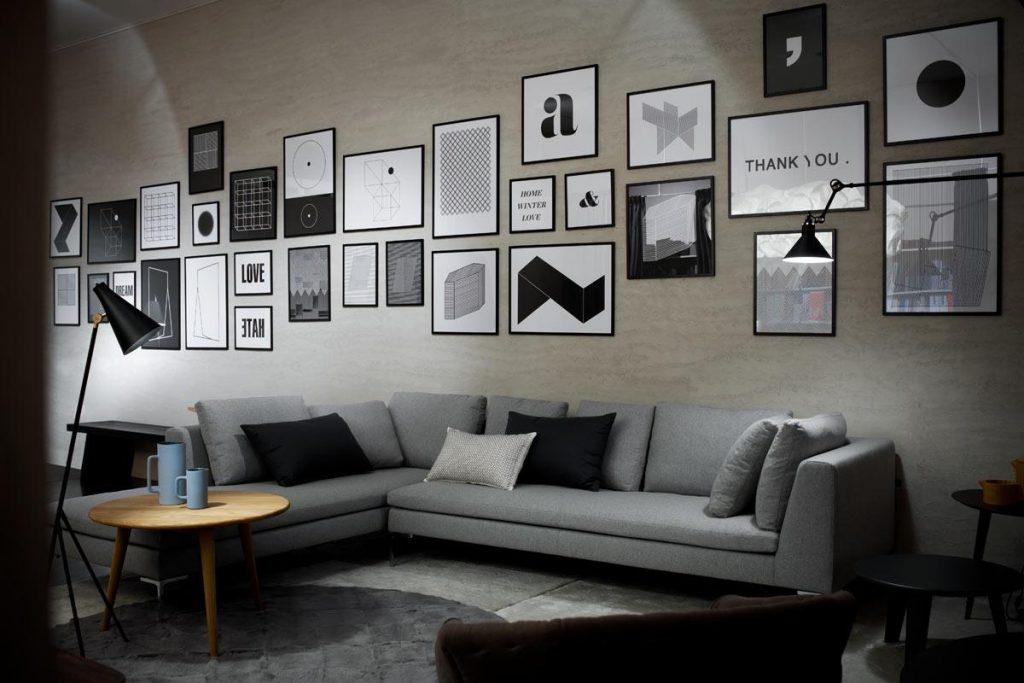 Cinza neutro em parede cheia de quadros