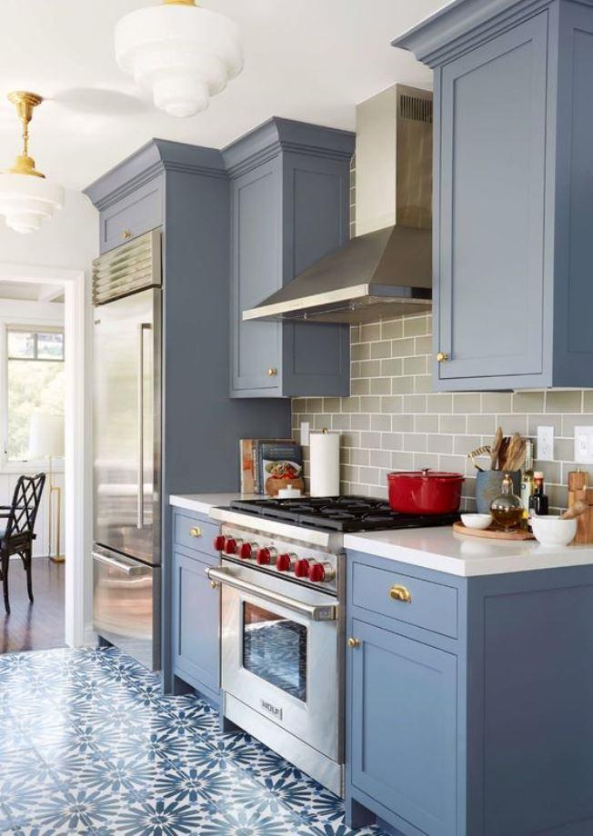Cozinha com azul neutro