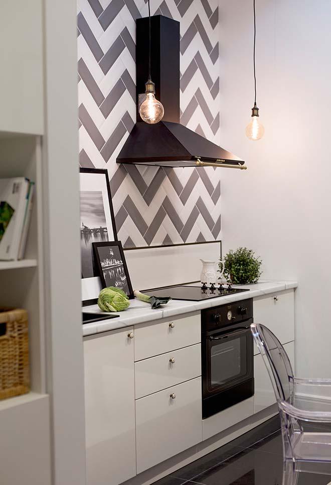 Cozinha com espaço reduzido e iluminação suspensa