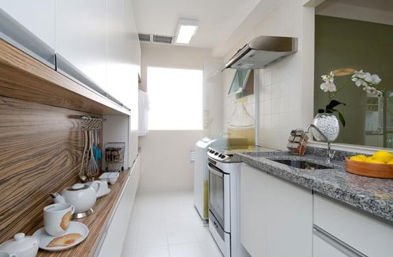 Cozinha com espaço reduzido iluminada