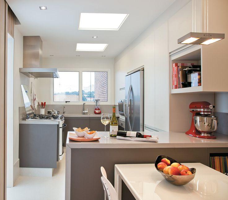 Cozinha com luzes quadradas no teto