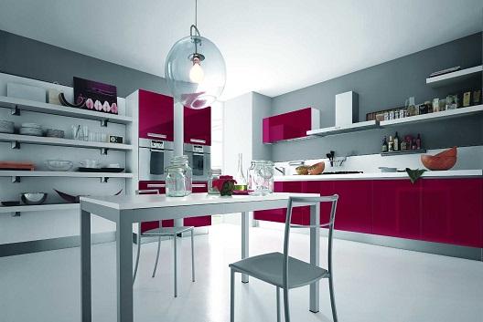 Cozinha com uma linda decoraçãocom rosa forte