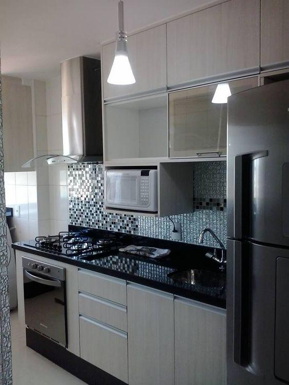 Cozinha com uma simples luz colocada no centro