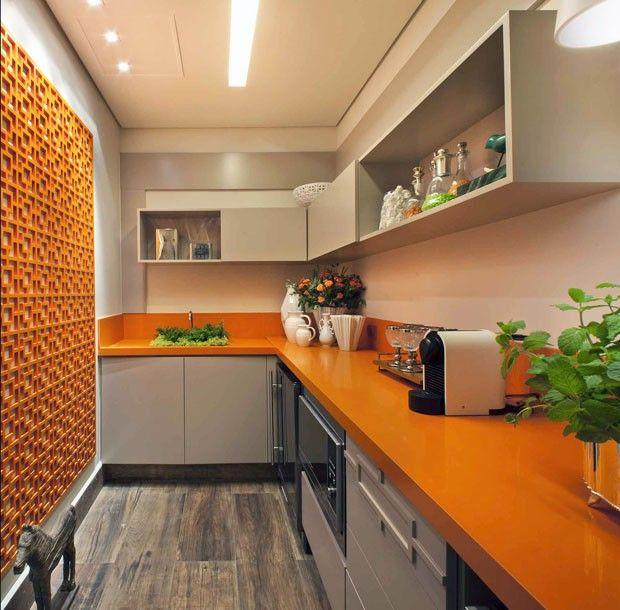 Cozinha laranja e moderna com iluminação comum