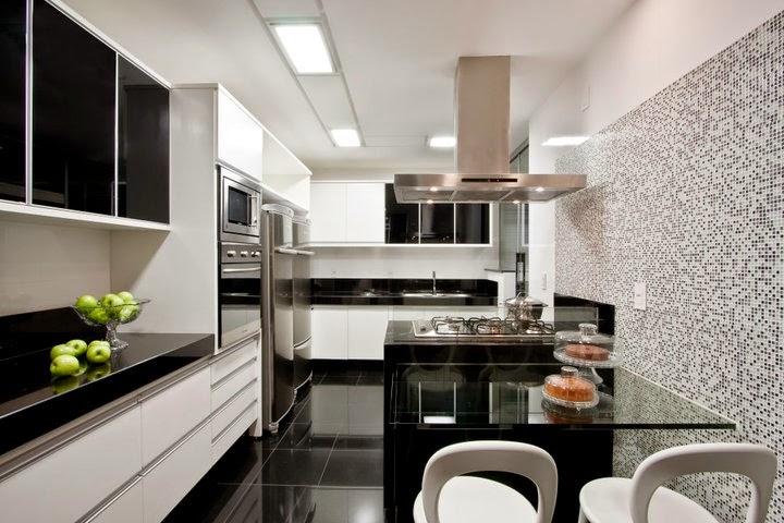 Cozinha moderna com iluminação com luzes compridas