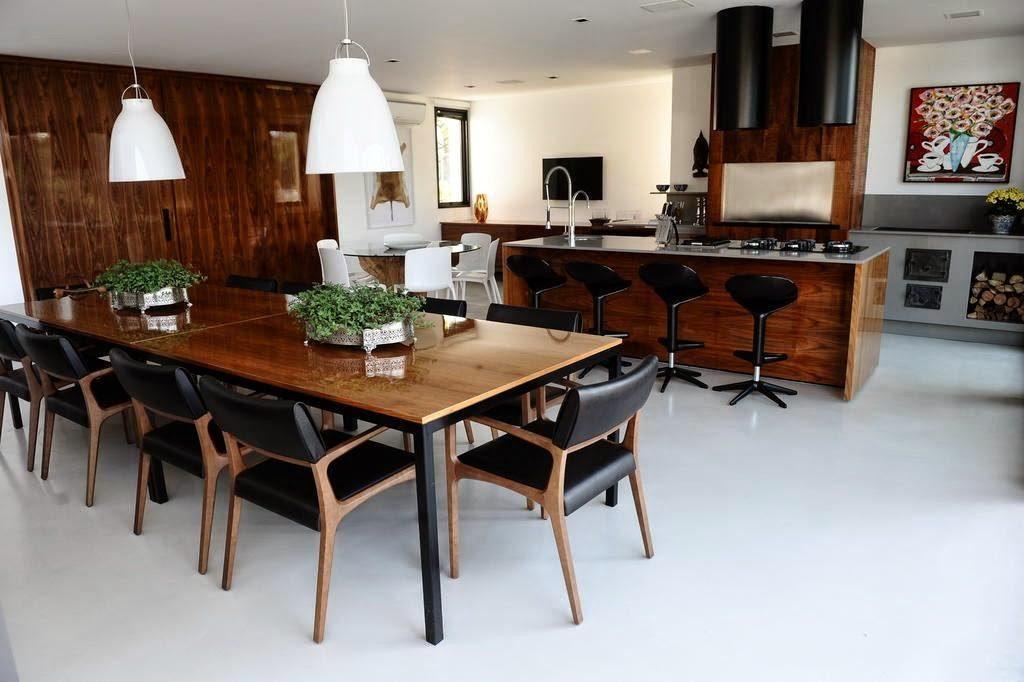 Cozinha moderna com iluminação feita em cma da mesa