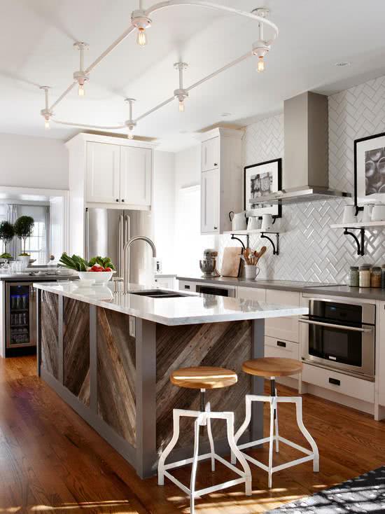 Cozinha moderna com uluminação de trilho