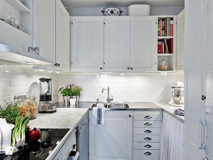 Cozinha pequena e branca com iluminação de parede