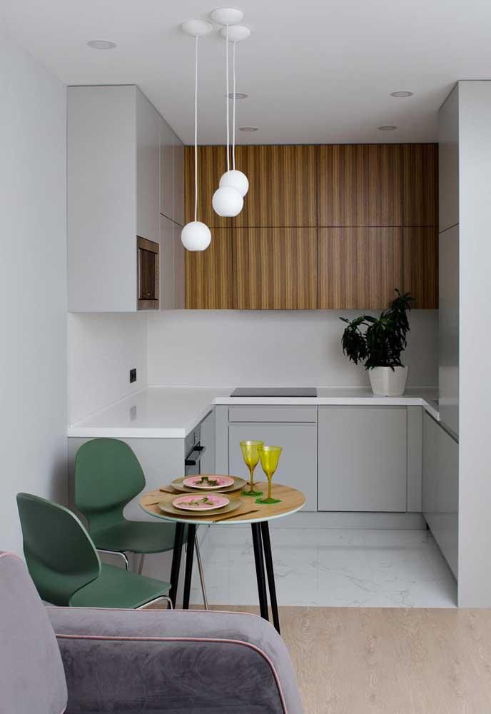 Cozinha simples com conjunto de três pequenas luzes para sua iluminação