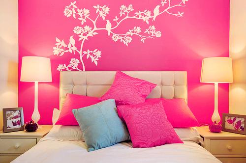Decoração rosa com detalhes em branco no quarto