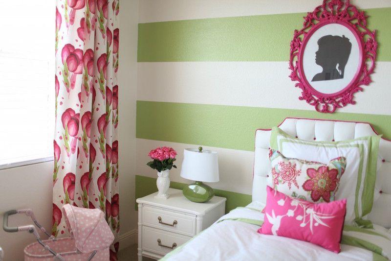 Decoração rosa e verde fraco no quarto