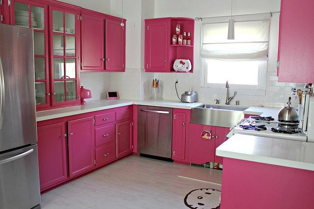 Decoração rosa nos ármarios da cozinha