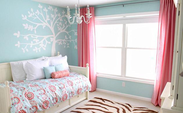 Decoraçao com cortinas rosas e paredes em verde agua