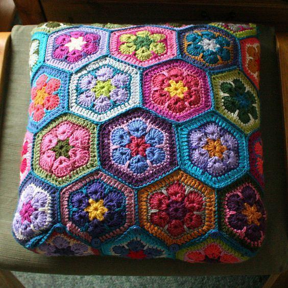 Diversas flores coloridas em uma unica almofada na parte de cima