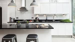 Duas luminarias coocadas no canto da cozinha branca