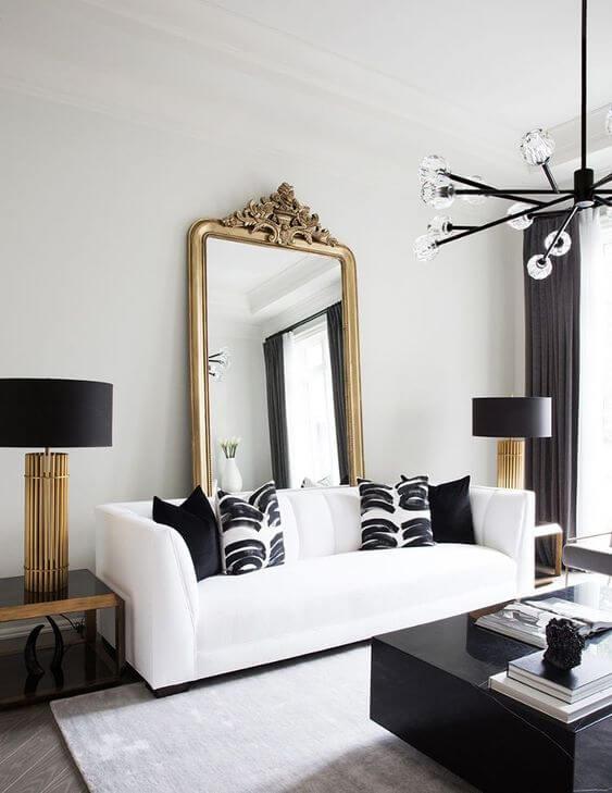 Espelhos e cores preto e branco na sala