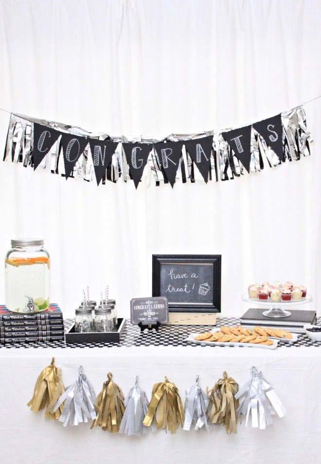 Festinha decorada em preto e branco de forma simples