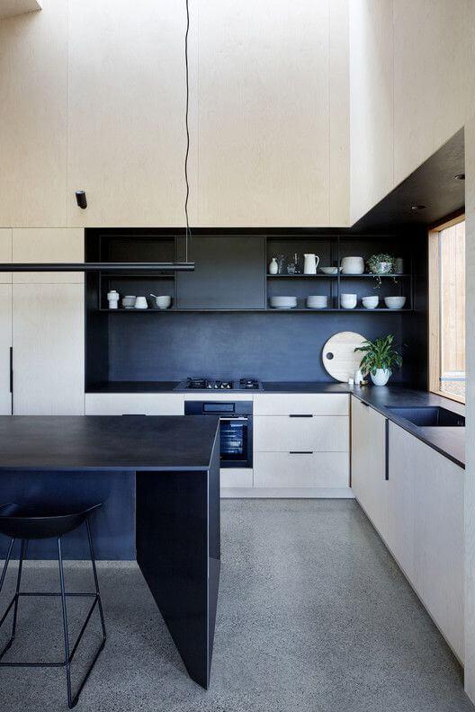 Fundo preto e armarios brancos na decoração da cozinha