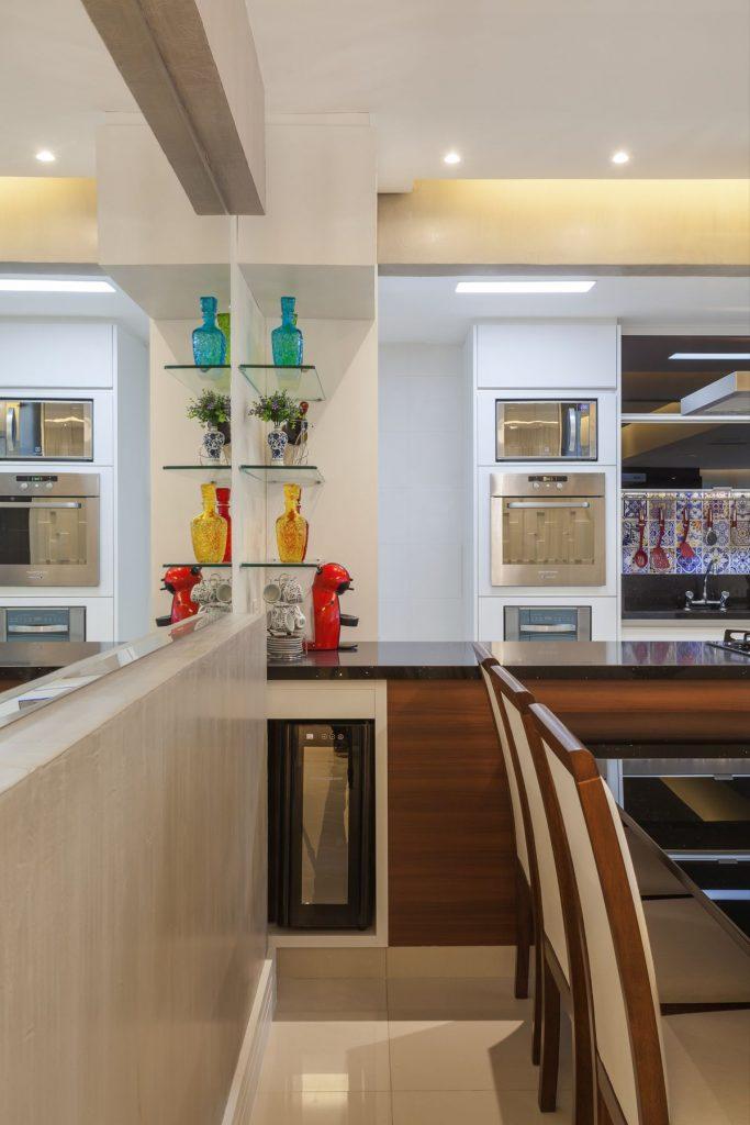 IIluminação simples colocada na cozinha com decoração americana