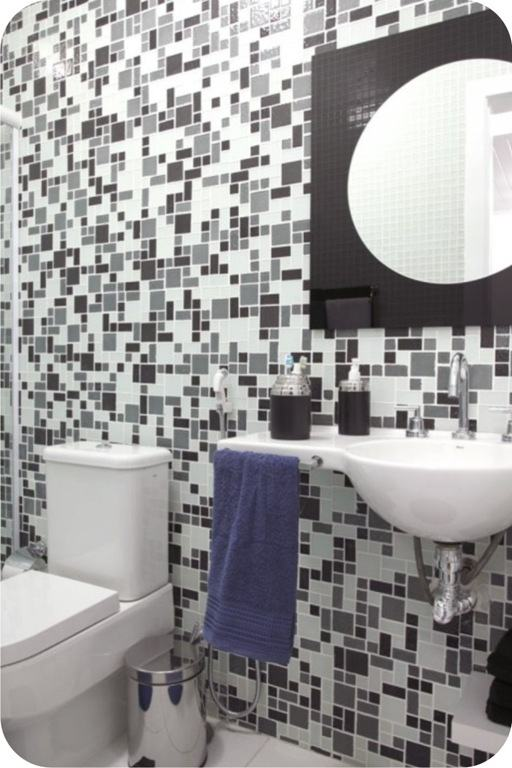 Ladrilho com mistura de preto e branco no banheiro