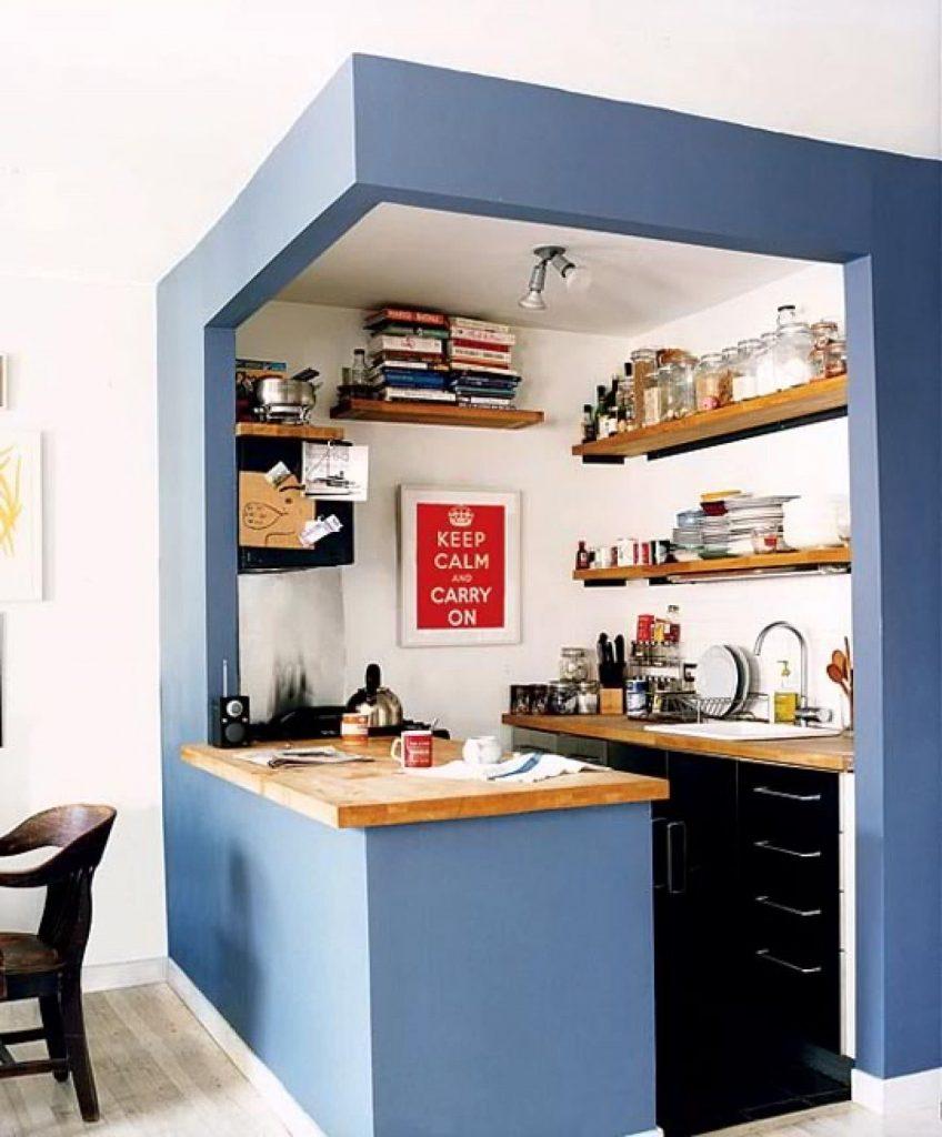 Luzes centrais para iluminar um cozinha simples e pequena com bancada