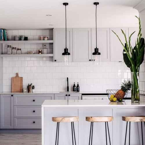 Luzes economizando espalço em cozinha diminuida