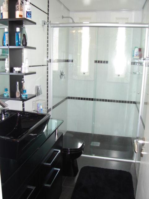 Móveis pretos com parede branca no banheiro para compor decoração