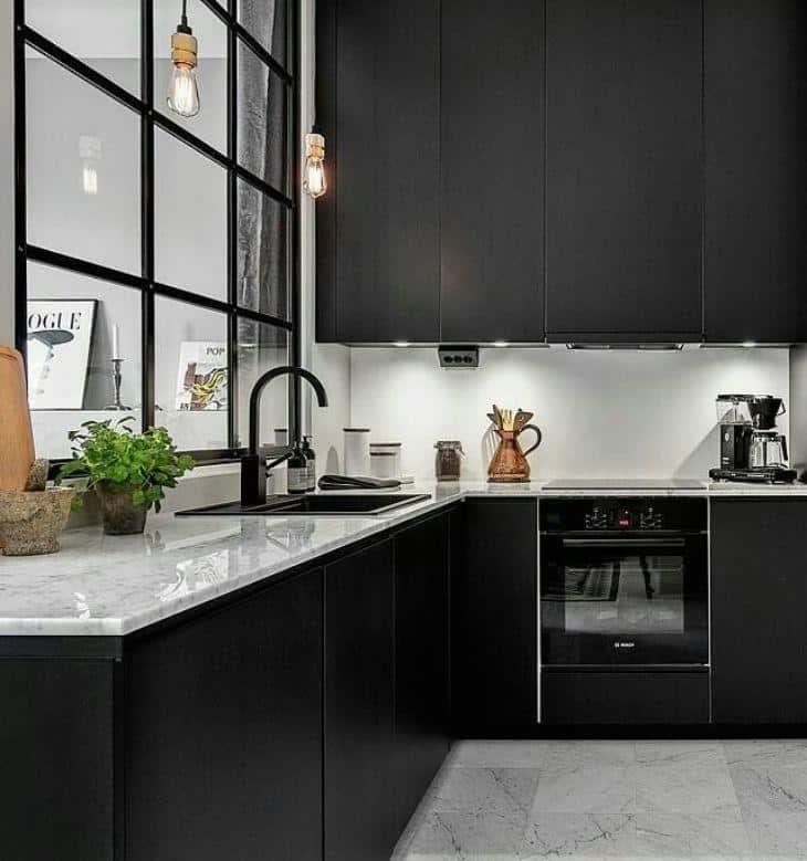 Maneira de decorar a cozinha em preto e branco