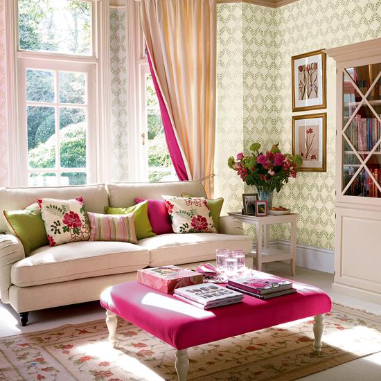 Mesa da sala com decoração rosa