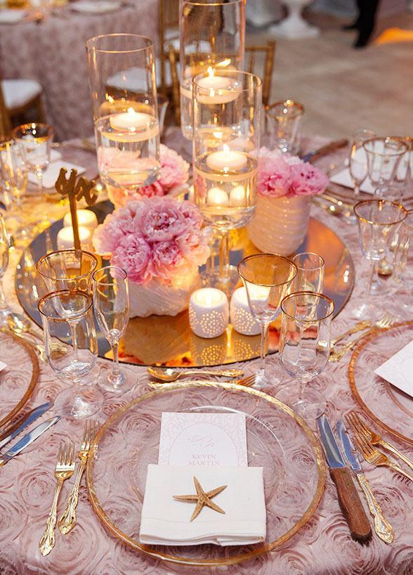 Mesa decorada com rosa e dourado