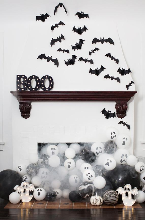 Morcegos pretos e fantasmas branco em um aniversario tematico