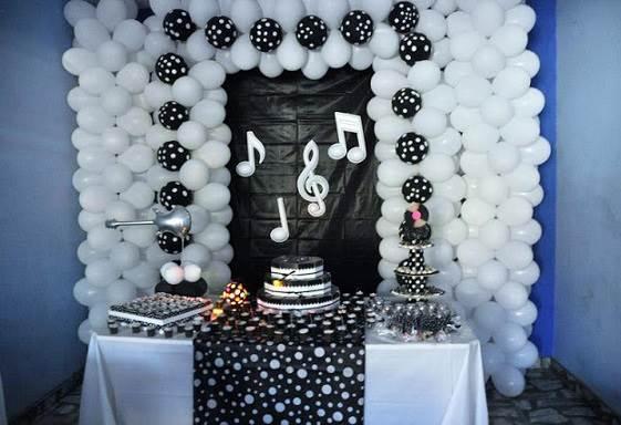Parede de balões pretos e brancos na decoração