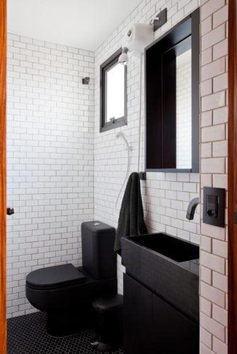 Preto e branco na decpração do banheiro