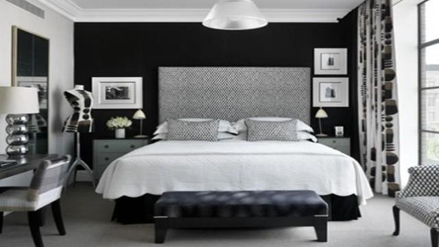 Quarto lindamente decorato em preto e branco