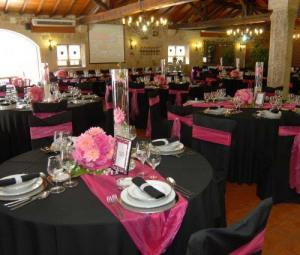 Rosa e preto misturados em mesas de jantar de festa