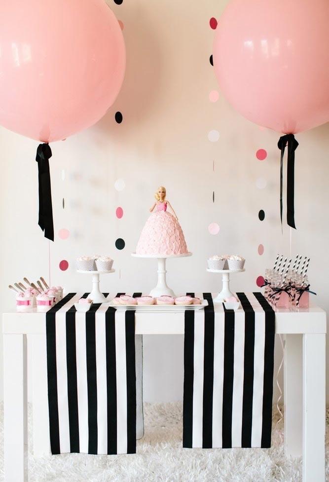 Tecidos em preto e branco em uma decoracao simples