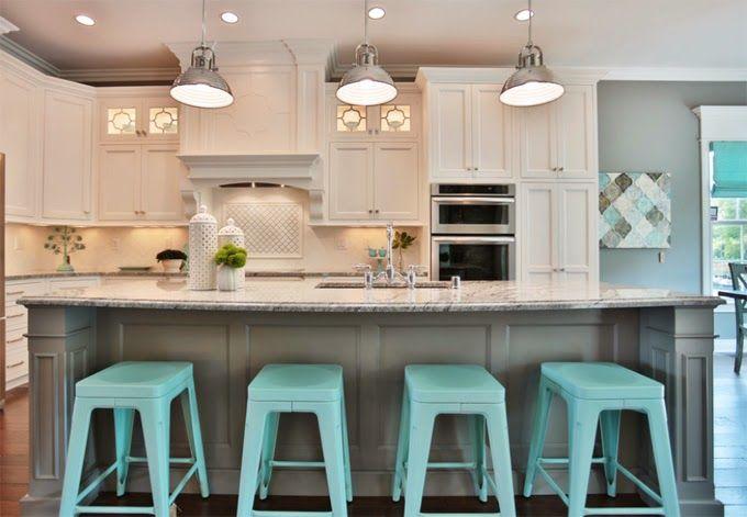 Três luzes alinhadas no teto da cozinha