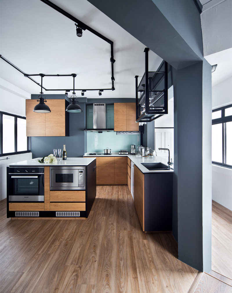 cozinha usando trilho de luzes para sua iluminação