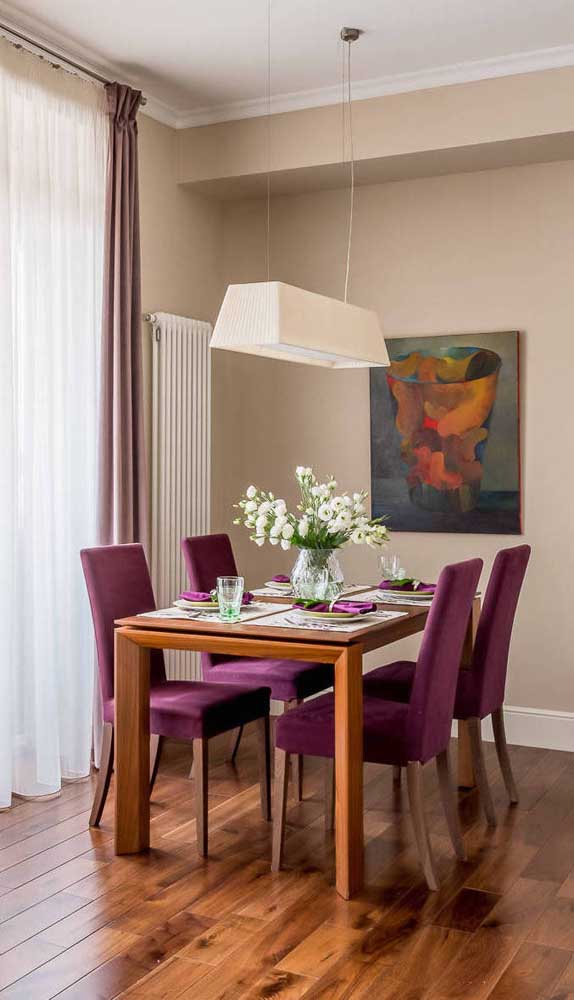 Acentos de cadeiras na cozinha na cor fucsia