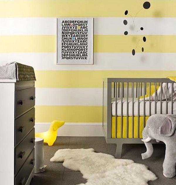 Amarelo claro nas listras e cinza nos móveis no quarto